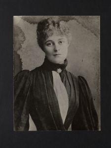 gonne-bio-pimary-czira-studio-portrait-1887-lcm-54-scan-2